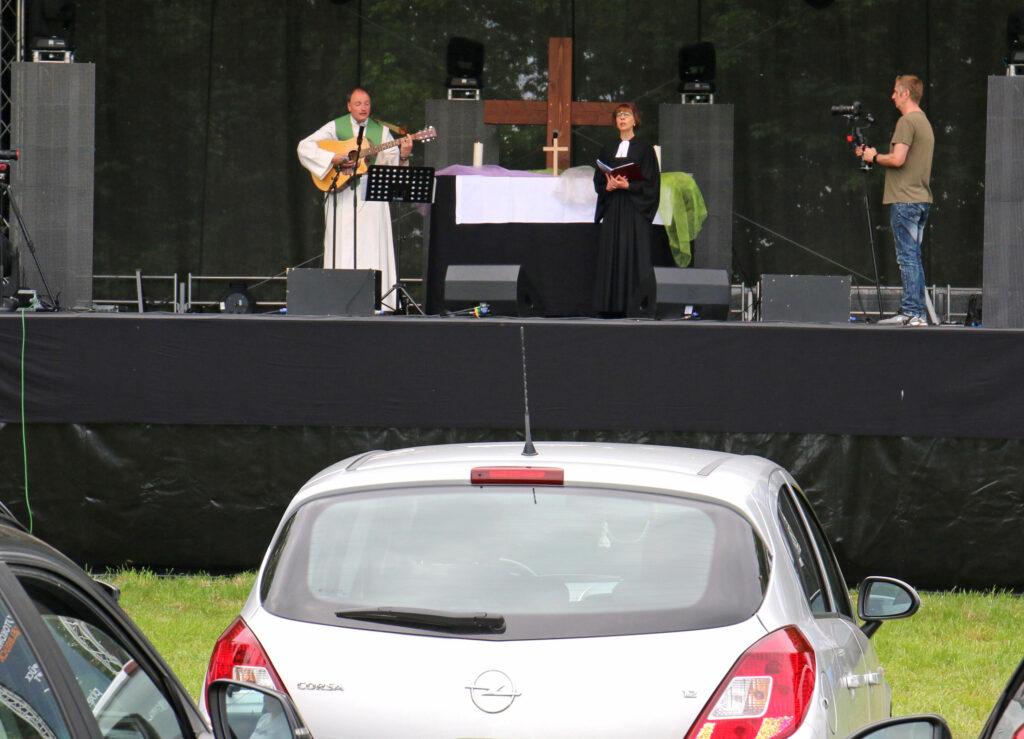 Großer Zuspruch: In rund 70 Autos waren Menschen gekommen, um dem über eine UKW-Frequenz in die Autoradios übertragenen Gottesdienst in Delbrück zu lauschen. Foto: Axel Langer