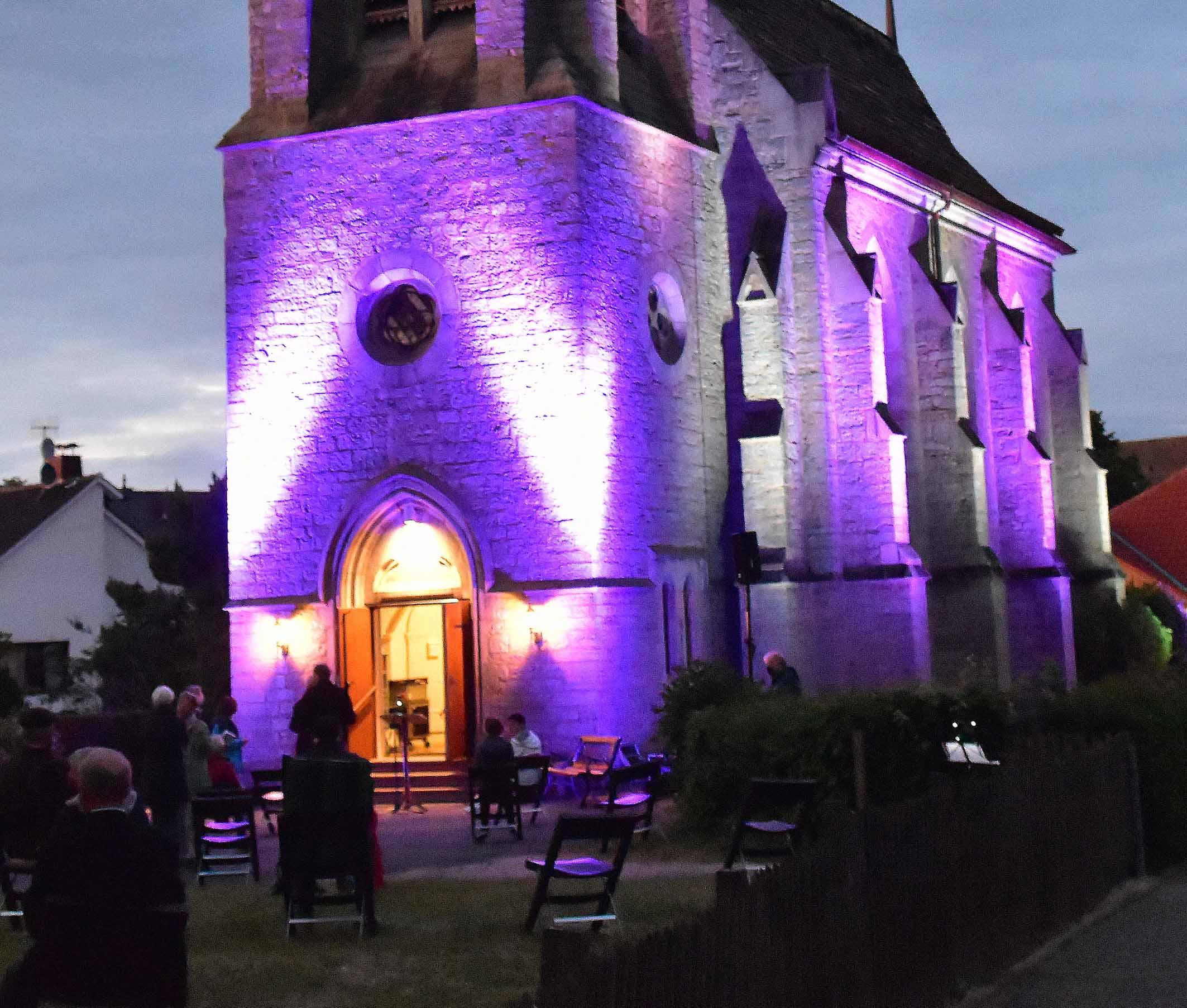 Pfingsten in Nieheim mit Abendacht eingeläutet Kreuzkirche leuchtete in bunten Farben