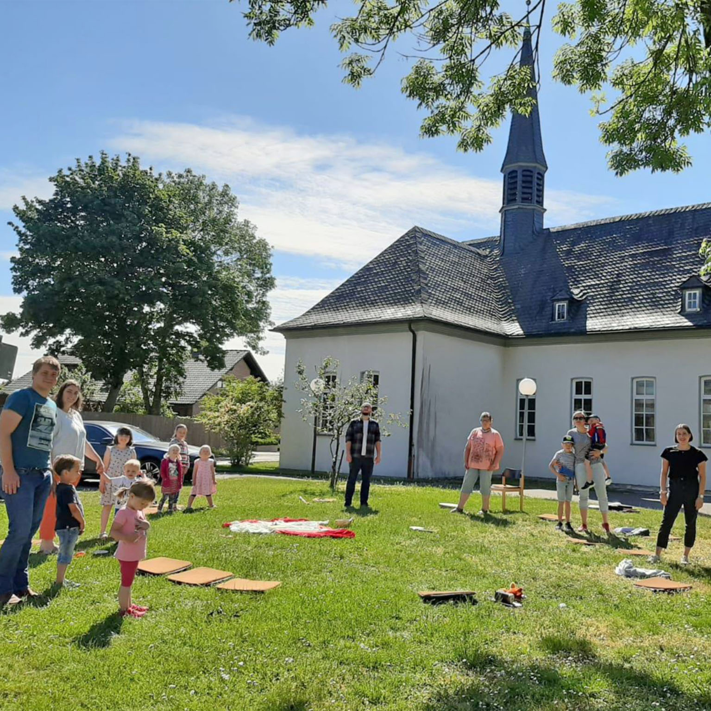Mit Bibelvogel und Bewegungsspielen Kinderkirche zu Pfingsten in Borchen