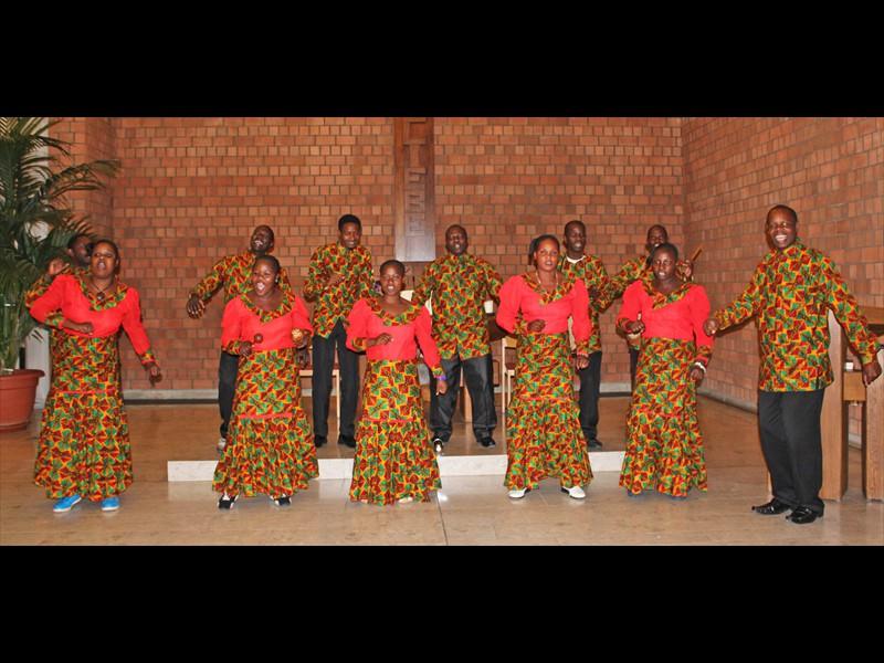 Chorleiter Fredrick Ndamugoba Mutahangarwa (ganz rechts)