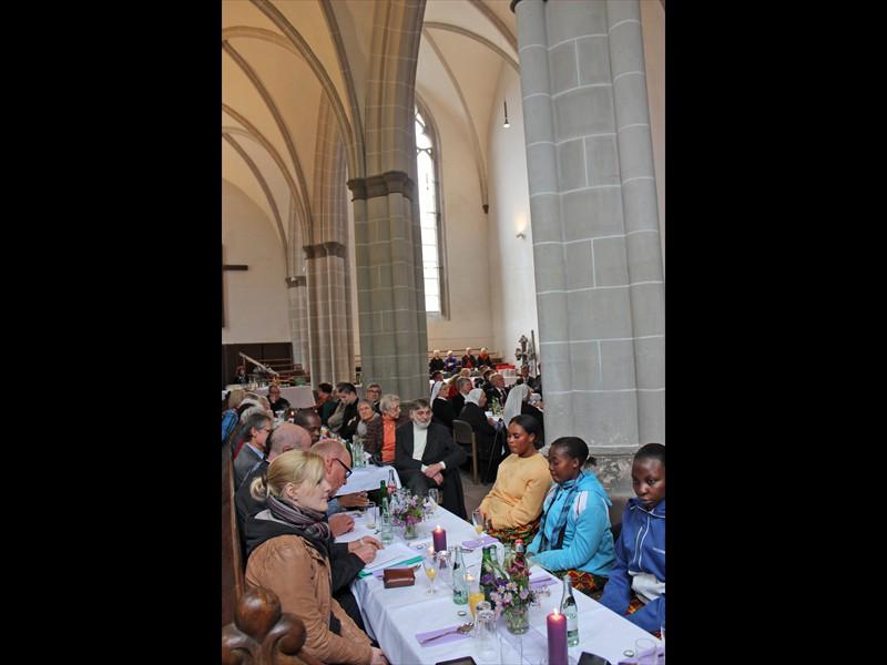 Gäste an Tischen in der Marienkirche