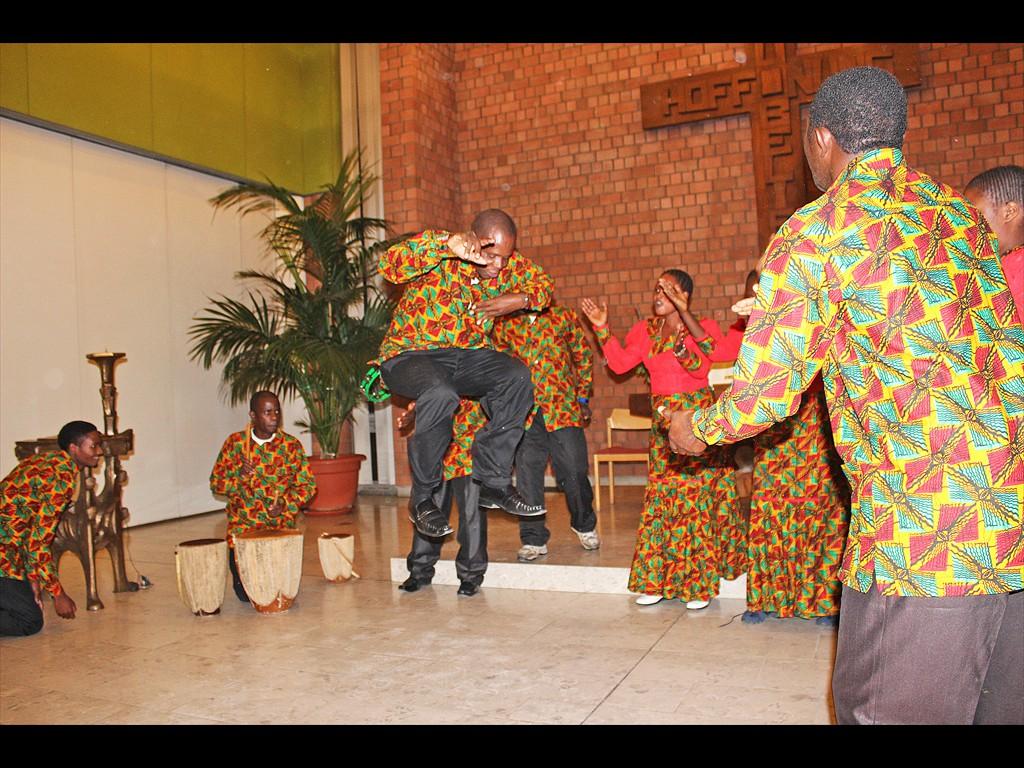 MLZ Tanzania Chor tanzt