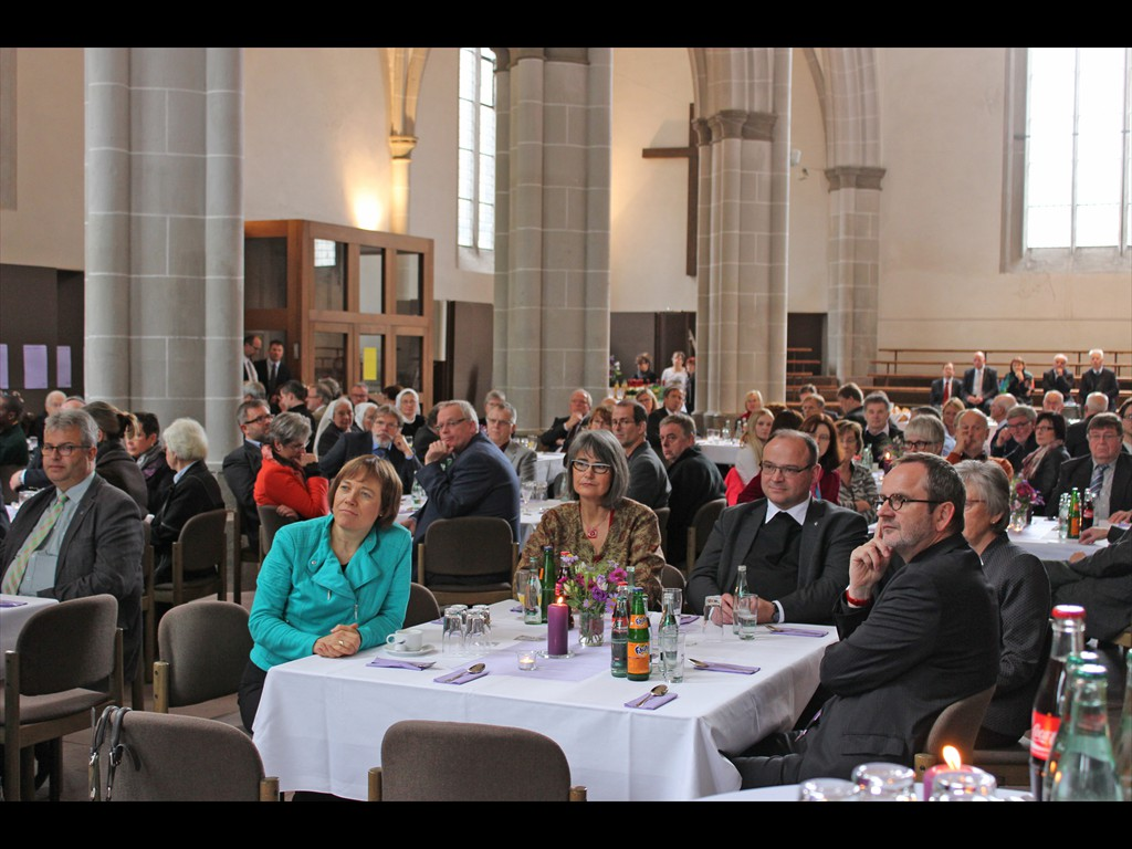 Festgottesdienst Höxter Blick in Marienkirche. Präses Annette Kurschus, vorne 2. von links.