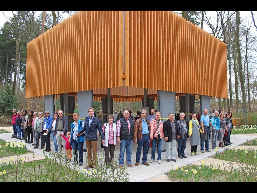 Stehen mit dem Projektteam GlaubensGarten für ein friedliches und tolerantes Miteinander der Religionen: Die Ehrenamtlichen, die hier den Pavillon umkreisen, freuen sich auf zahlreiche Besucher.