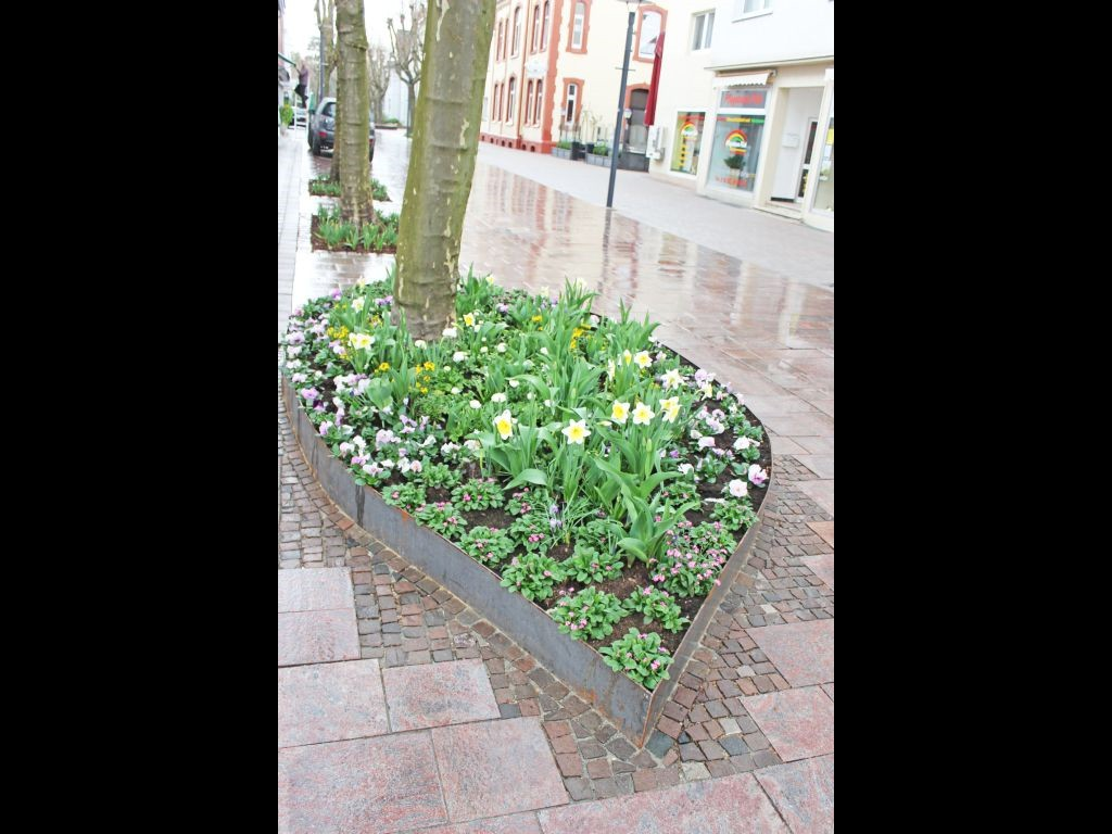Mit Blumenbeeten herausgeputzt ist auch die Fußgängerzone in Bad Lippspringe. Sie ist die direkte Verbindung zwischen den beiden Teilen der Landesgartenschau: Kaiser-Karls-Park und Arminiuspark.