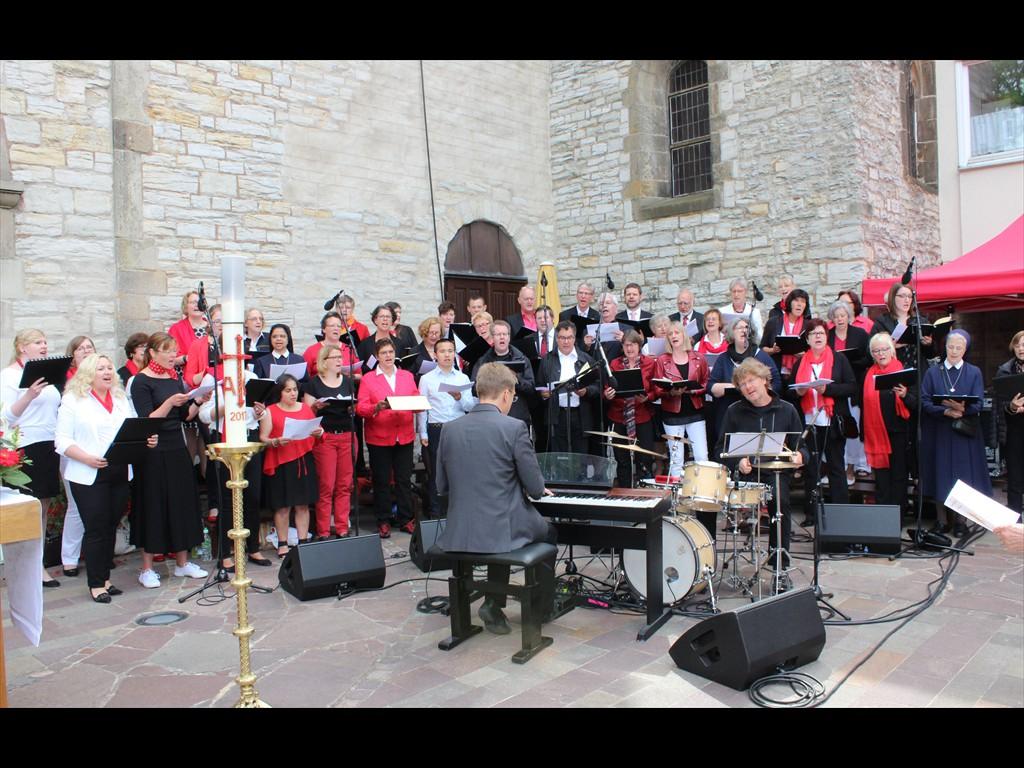 Chor mit Markus Maurer (Piano) und Dieter Nowak (Schlagzeug)