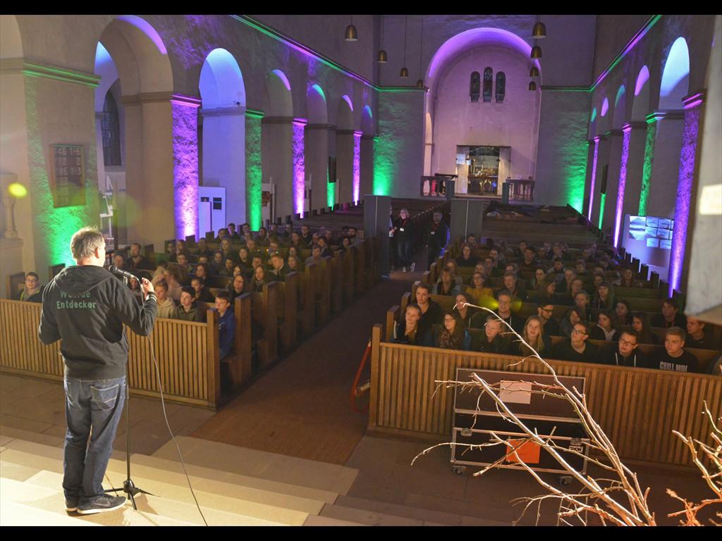 140 Jugendliche kamen zur ChurchNight in der Abdinghofkirche