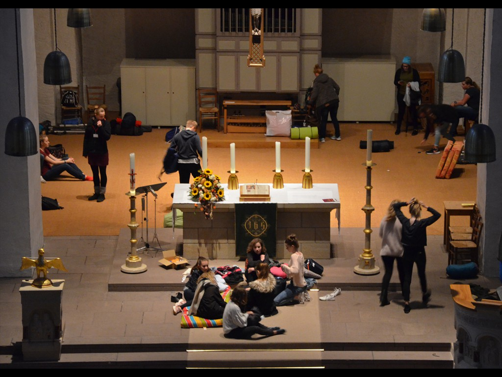 Jugendliche suchen sich ihren Schlafplatz in der Kirche.