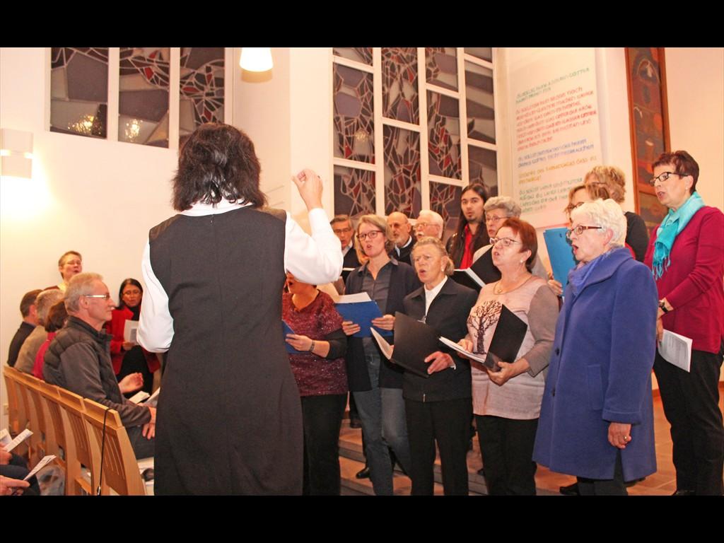 Chor mit Leiterin Almut Ulama (von hinten)