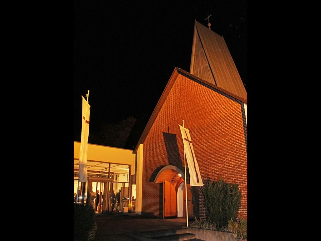 Johanneskirche Hövelhof geschmückt mit evangelischen Kirchenfahnen