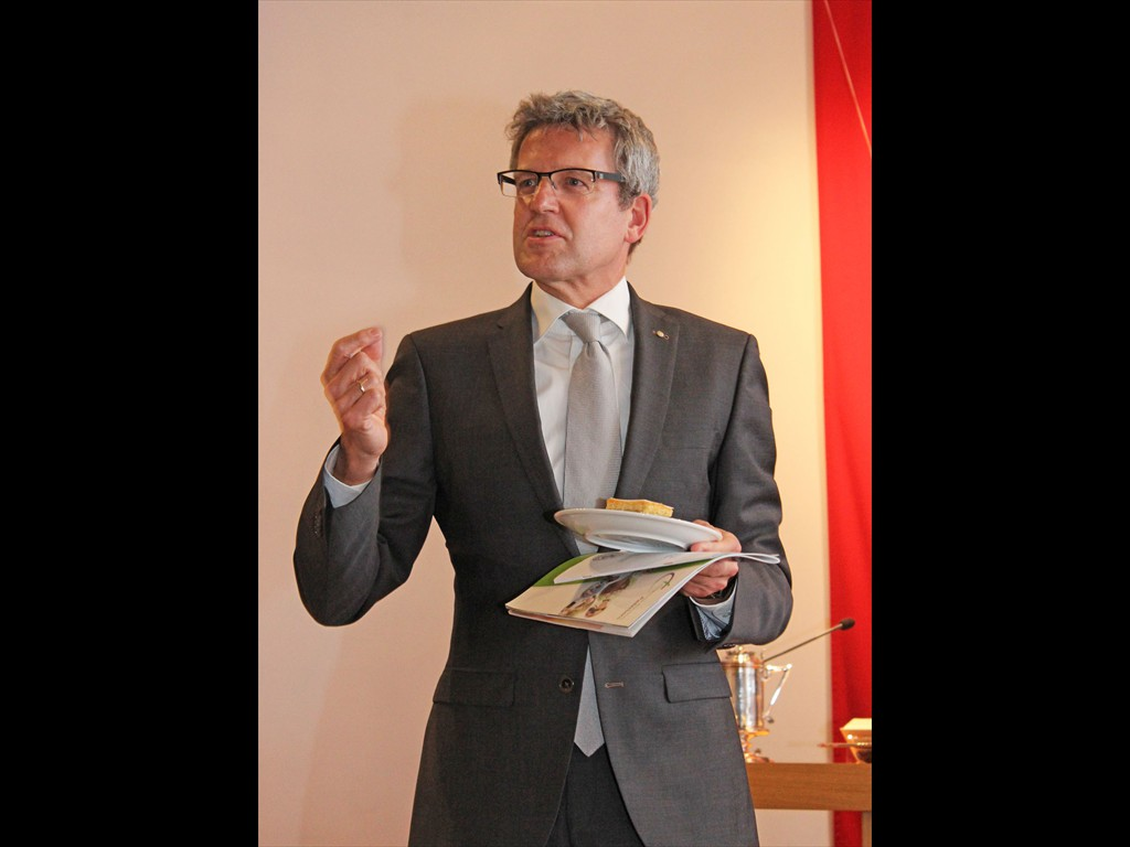 Superintendent Volker Neuhoff lud zum Apfelkuchen mit neuem Kirchenkreis-Logo ein