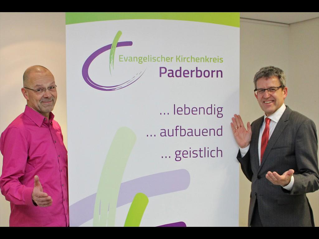 Superintendent Volker Neuhoff (r.) und Kabarettist Wolfram Behmenburg. Foto: EKP/Oliver Claes