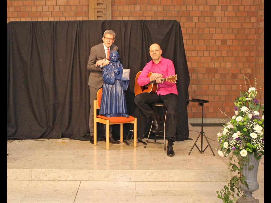 Superintendent Volker Neuhoff (l.) und Kabarettist Wolfram Behmenburg. Foto: EKP/Oliver Claes