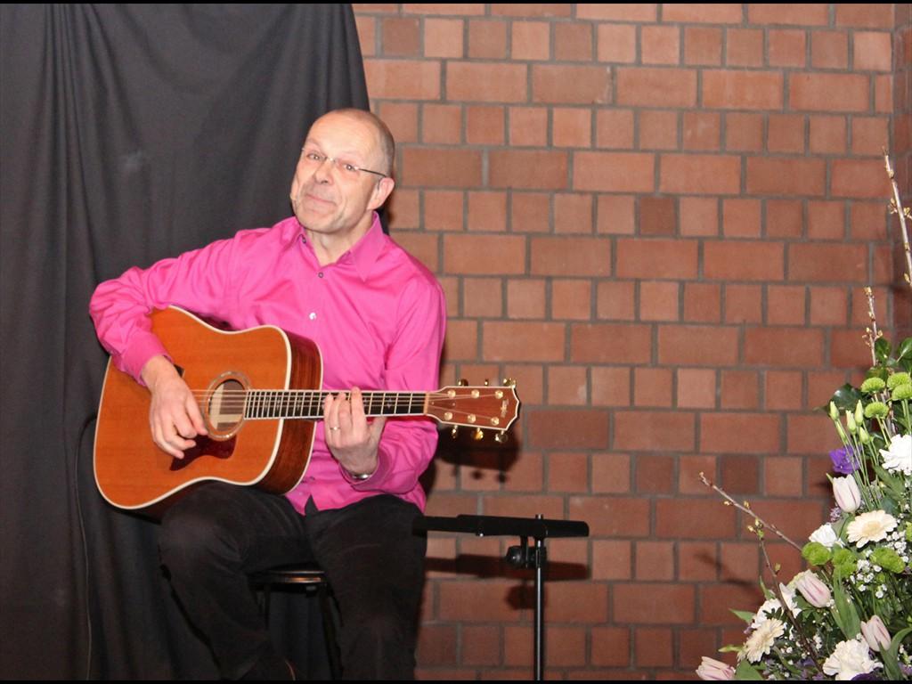 Wolfram Behmenburg an der Gitarre. Foto: EKP/Heide Welslau