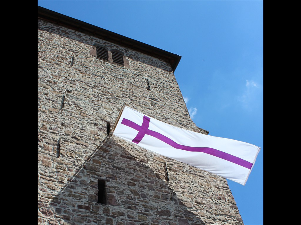 2018-07-07-Georgskirche-mit-Banner-Quadrat