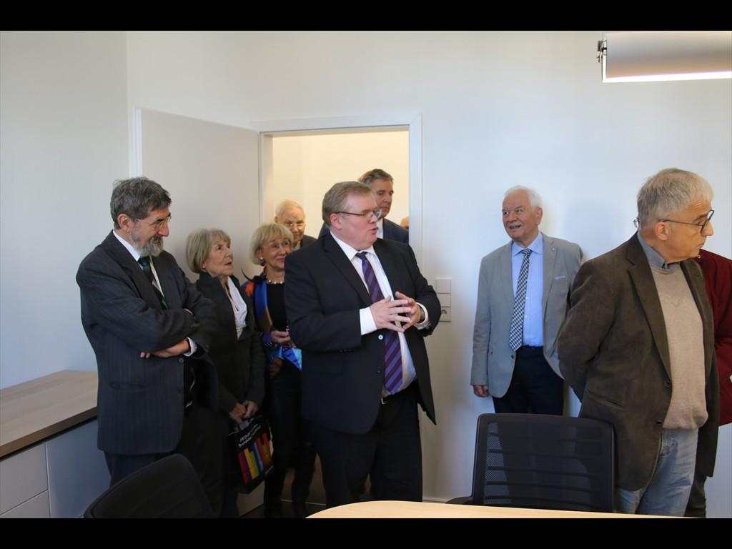 Frank Schneider (Mitte) führt die Ehrengäste durchs Haus