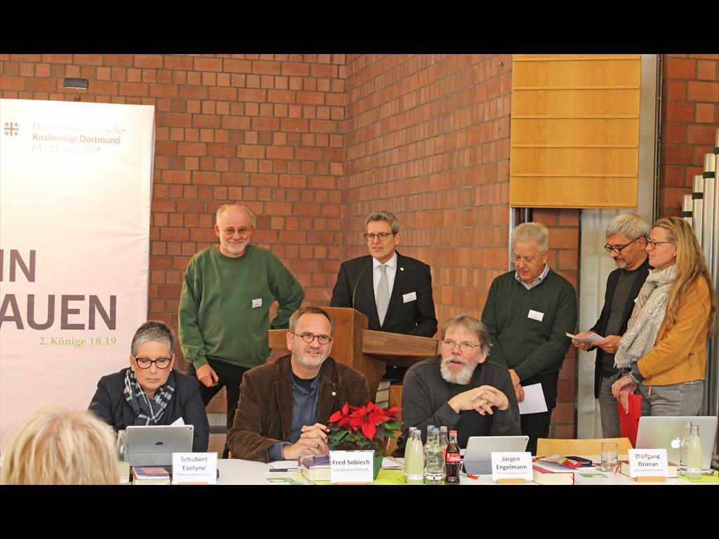 Die Landessynodalen (stehend) mit Superintendent Volker Neuhoff berichten