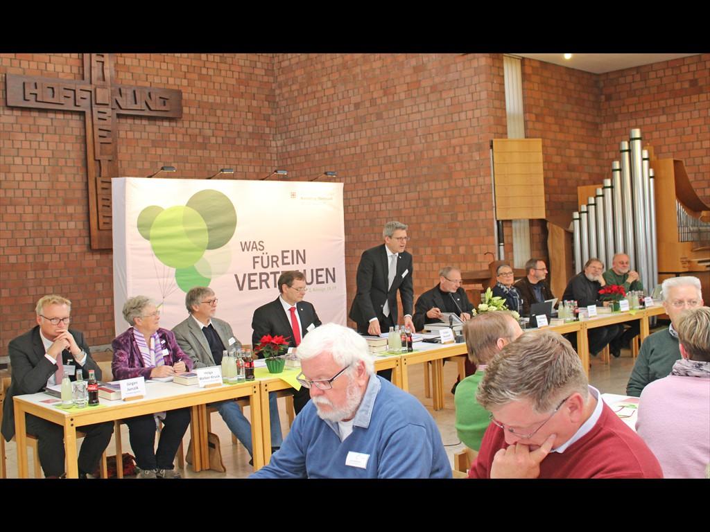Podium: Superintendent Volker Neuhoff (stehend) begrüßte die Synodalen und Gäste