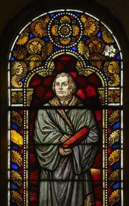 Das Fenster in der St. Georgs-Kirche in Amelunxen (um 1910) zeigt den Reformator Martin Luther. Foto:Ansgar Hoffmann