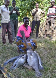 Große Fische: Eine Dorfbewohnerin präsentiert den Fang des Morgens. Foto: Delegation