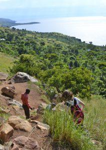 Weg zum Viktoria-See: Die Mitglieder der Delegation gehen einen Pfad bergab, um ein Fischerdorf zu besuchen. Foto: Delegation
