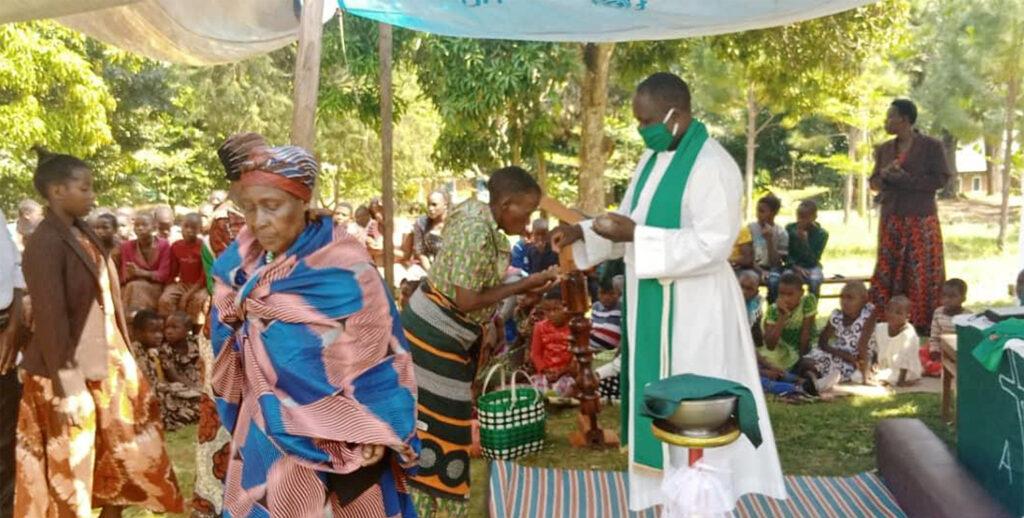 Zu den Gottesdiensten im Kirchenkreis Kusini B kommen wieder mehr Besucher. Die Gottesdienste werden nun auch außerhalb der Kirchengebäude gefeiert. Pfarrer und Evangelisten tragen Schutzmasken. Foto: Kirchenkreis Kusini B