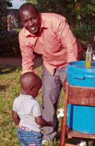Regelmäßiges Händewaschen und das Verwenden von Desinfektionsmittel gehören für die Menschen in Kusini B in Corona-Zeiten zum Alltag. Foto: Kirchenkreis Kusini B