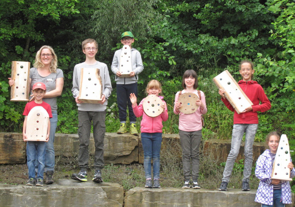 Kreativ: Ein Teil der Kinder und Jugendreferentin Sonja Hillebrand präsentieren stolz die selbstgefertigten Sonnenfänger. Foto: Kirchengemeinde