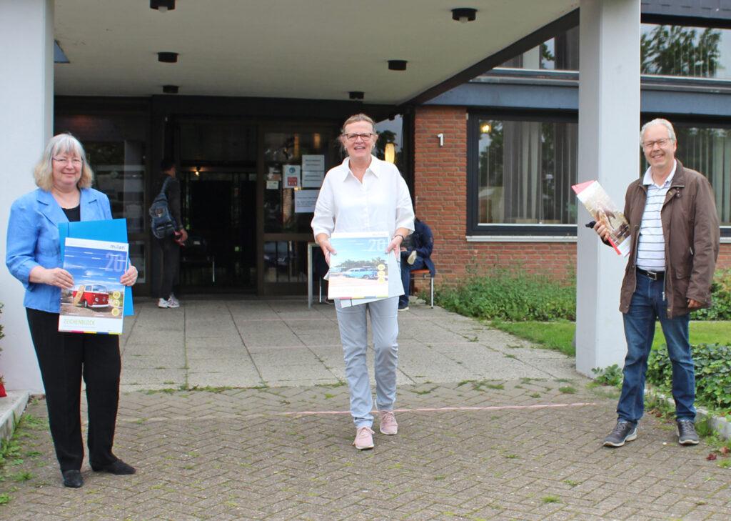Informierten sich über die Arbeit der Schulmaterialienkammer: Presbyterin Michaela Götz-Brinkmann (l.) und Presbyter Dr. Horst Leber (r.) mit Diakonie-Mitarbeiterin Susanne Bornefeld (M.). Foto: DPH/Oliver Claes