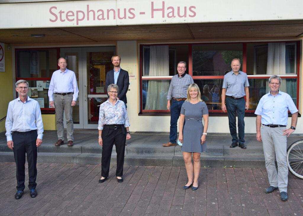 Diskutierten die Zukunft des HoT Borchen: Guido Reitmeyer (Grüne), Till Bäcker (HoT), Bürgermeister Reiner Allerdissen (SPD), Herbert Berger (SPD, hinten v. l.), sowie (vorne v. l.) Hansjörg Frewer (CDU), Pfarrerin Sabine Sarpe, Katrin Klugmann (FWB) und Bürgermeister-Kandidat Uwe Gockel. Foto: Jan Globacev