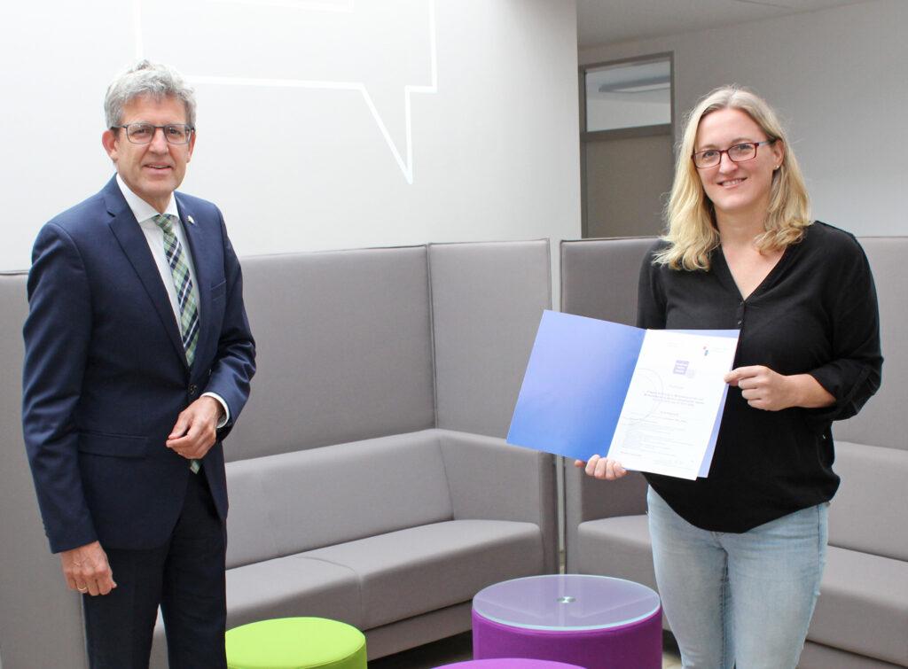Superintendent Volker Neuhoff hat Sonja Hillebrand das Zertifikat über ihre erfolgreiche Teilnahme an der Qualifizierung als Multiplikatorin für Schulungen im Bereich sexualisierte Gewalt übergeben. Foto: EKP/Heide Welslau