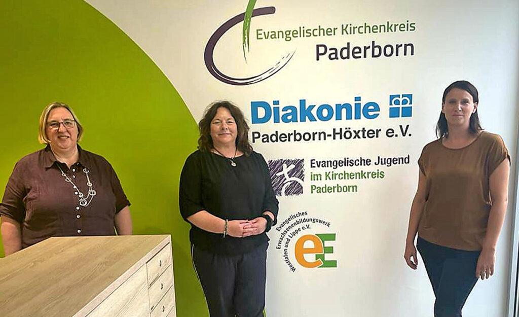 Bitten um Spenden für die Opfer der Hochwasserkatastrophe: (v. l.) Diakoniepfarrerin Elke Hansmann, Sylke Menne (Geschäftsführerin Betreuungsverein) und Vanessa Kamphemann (Vorstand Diakonie). Foto: Diakonie Paderborn-Höxter