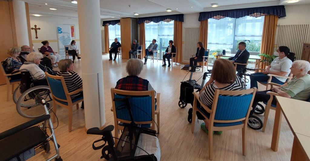 Präses Annette Kurschus im Gespräch mit Mitarbeitenden und Bewohnerinnen und Bewohnern des Perthes-Hauses. Foto: EKvW