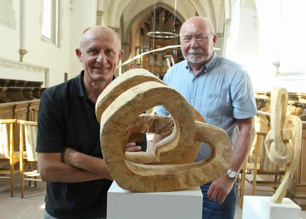 Künstler Ernst Thevis (l.) und Projektinitiator Pfarrer Karl-Heinz Bartsch aus Warburg. Foto: Burkhard Battran