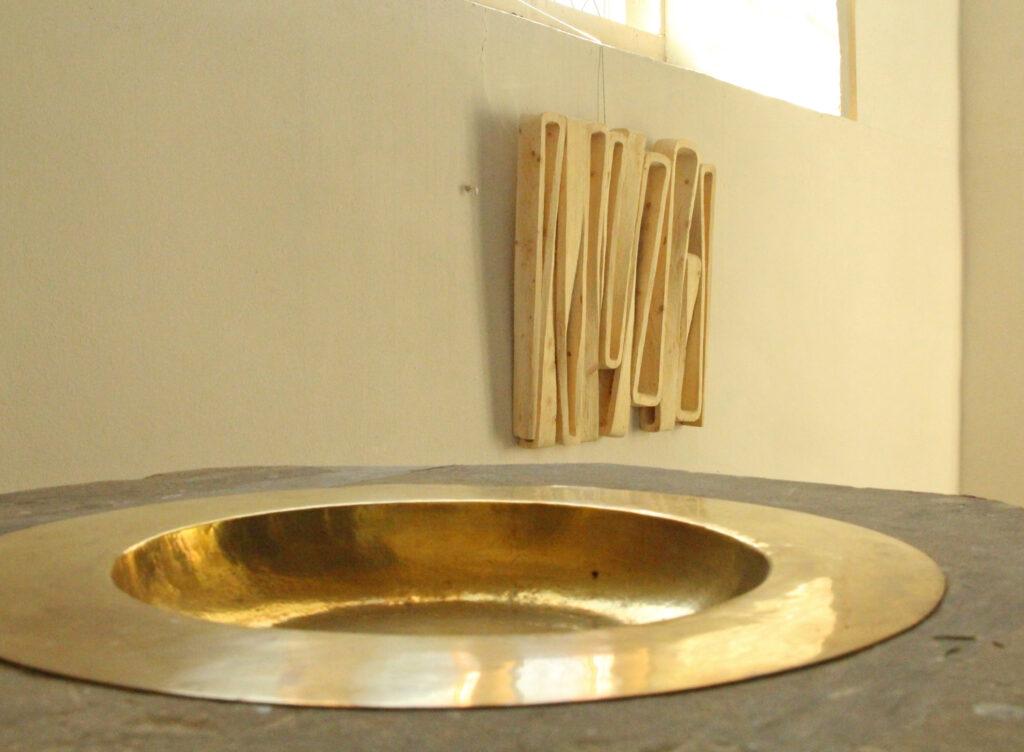 Das Taufbecken der Kirche in Verbindung mit einer fließenden Skulptur von Ernst Thevis. Foto: Burkhard Battran