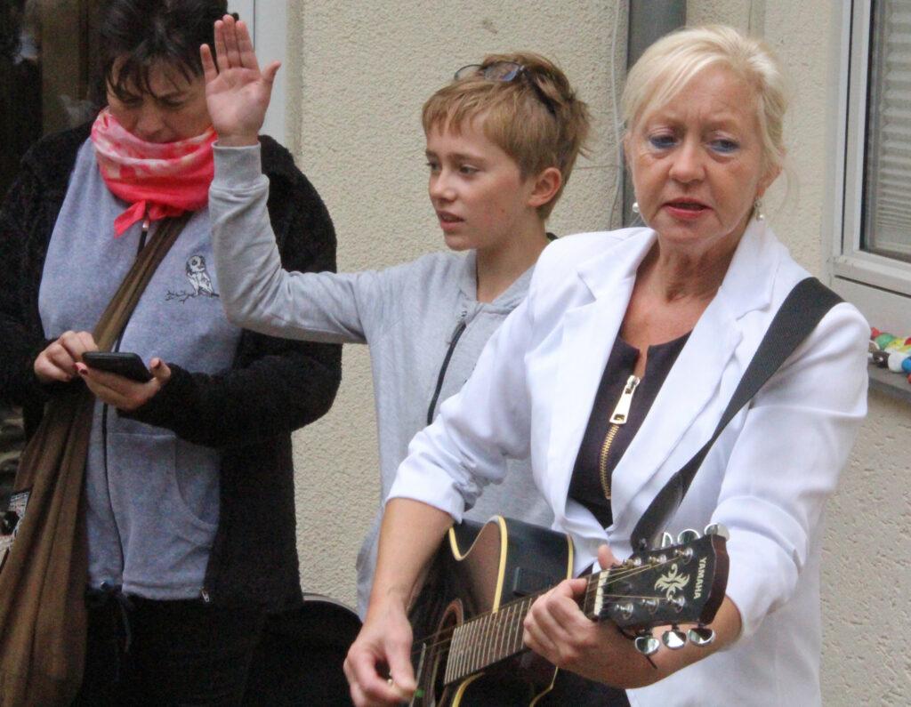 Bettina Schroeter, die Ehefrau des Pfarrers, rockt die Kindergottesdienste. Foto: Burkhard Battran