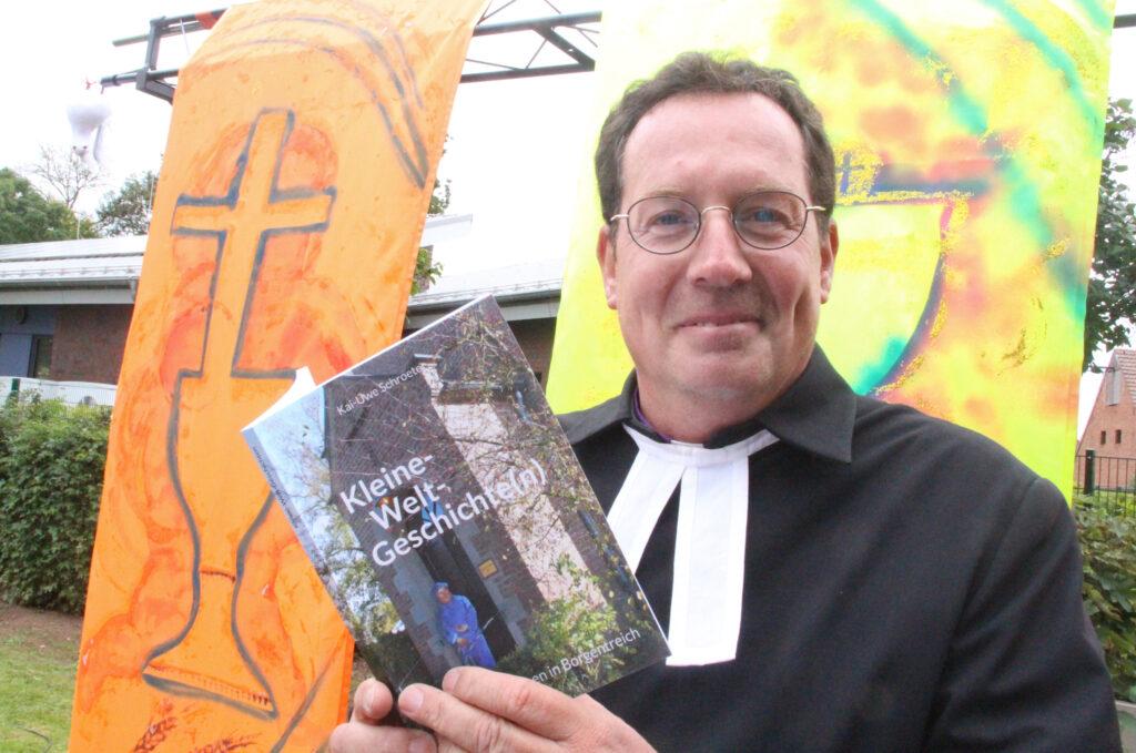 Pfarrer Kai-Uwe Schroeter verabschiedet sich mit einem Buch über die Geschichte der evangelischen Gemeinde Borgentreich von Luther bis heute, verbunden mit Gedanken zur Geschichte der Christen und was sich daraus lernen lässt. Foto: Burkhard Battran