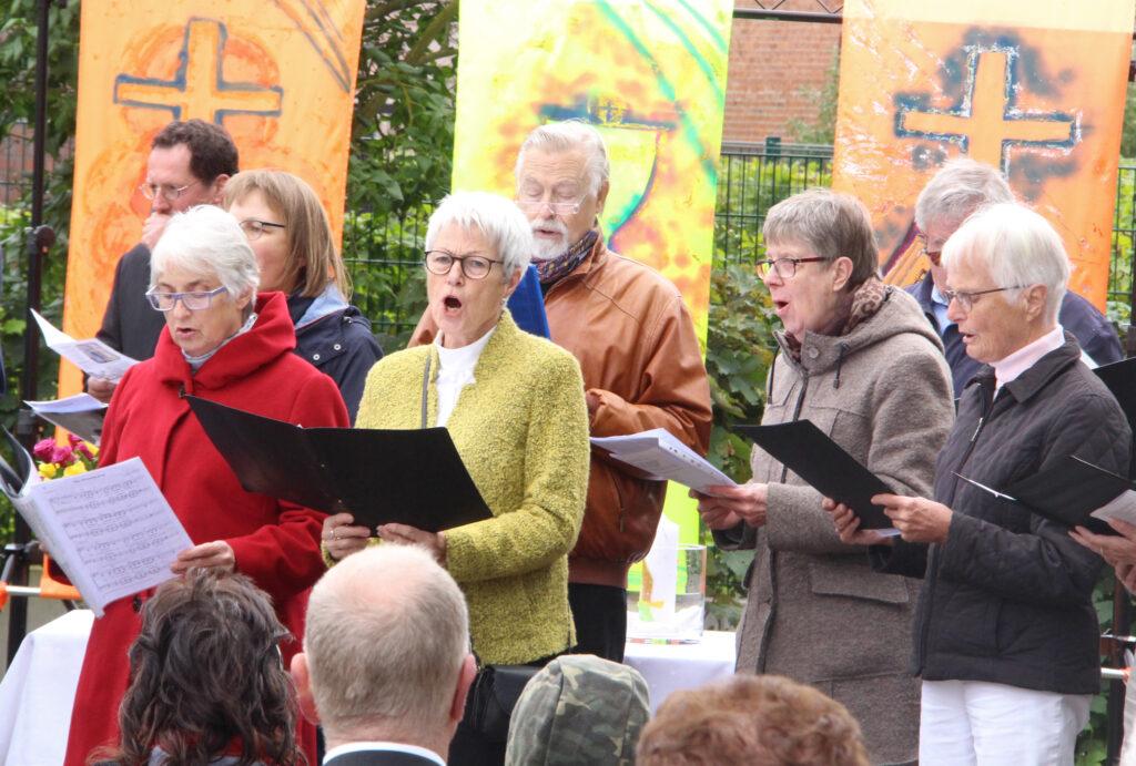 Zum Abschied singt die Kantorei der Evangelischen Kirchengemeinde Altkreis Warburg. Foto: Burkhard Battran