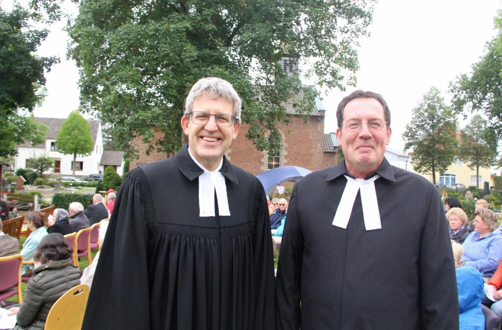 Superintendent Volker Neuhoff (l.) würdigte das herausragende Engagement von Pfarrer Kai-Uwe Schroeter. Foto: Burkhard Battran